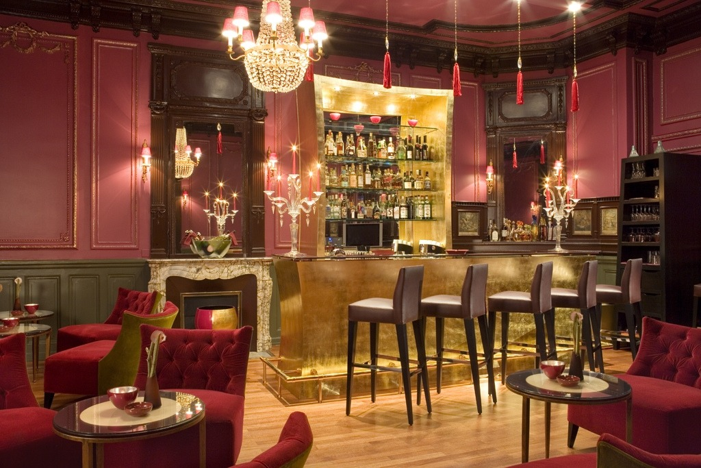 Bar temático con mobiliario hosteleria adaptado.