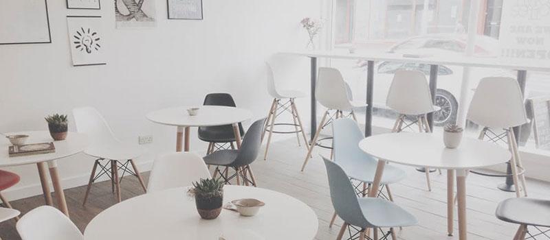 Sillas para restaurantes blancas o en tono madera for Restaurante madera