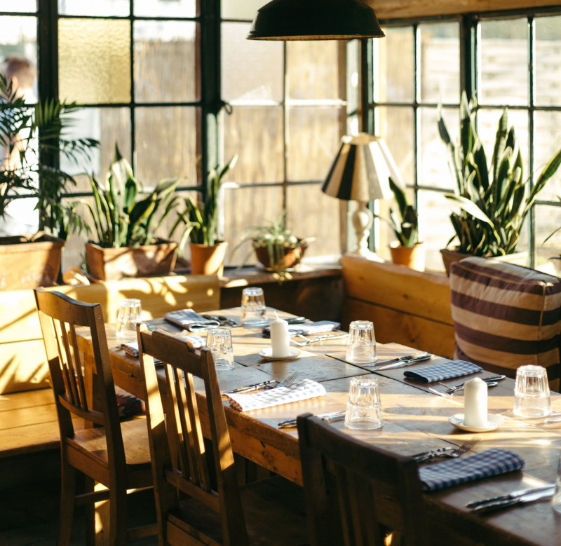 sala de bar con mobiliario de madera